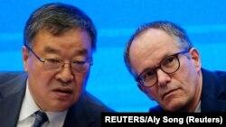 Ông Peter Ben Embarek, trưởng toán điều tra của Tổ chức Y tế Thế giới (phải) và ông Liang Wannian, trưởng nhóm chuyên gia COVID-19 của Trung Quốc.