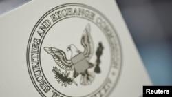 华盛顿证券交易委员会总部的办公室门上的委员会标志。