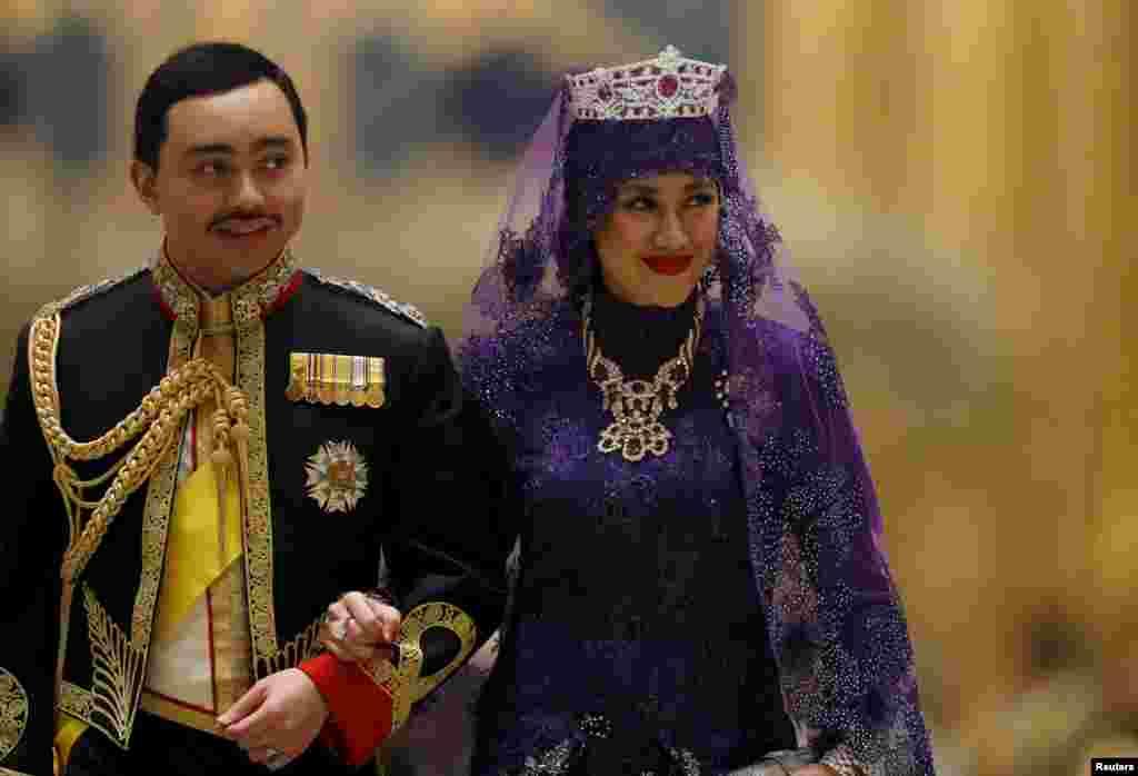 زوج سلطنتی جديد برونئی، پرنس عبدالملک ودايانکو ربيعالتول عدويه پنجيران حاجی بولکيا محل برگزاری ازدواج در کاخ نورالامام در بند سری بگاوان را ترک میکنند. عبدالملک پسر سلطان برونئی حسنالبولکيا، يکی از ثروتمندترين مردان جهان است.