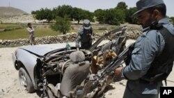 지난 5월 아프가니스탄 데발라에서 도로변 폭탄 공격으로 파괴된 차량. (자료사진)