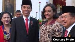 Anggota Paskibraka Gloria Natapradja Hamel berfoto bersama Presiden Joko Widodo dan Wapres Jusuf Kalla di Istana Merdeka Jakarta, Rabu 17 Agustus 2016. (Foto Biro Pers Kepresidenan).