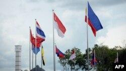 Bendera dari negara-negara anggota ASEAN berkibar di Bandar Seri Begawan, Brunei sejak 24 April 2013 (Foto: dok). Para utusan negara dari kawasan Asia Pasifik dan kawasan lain menghadiri pertemuan keamanan kawasan yang akan digelar di Brunei, 2 Juli 2013.