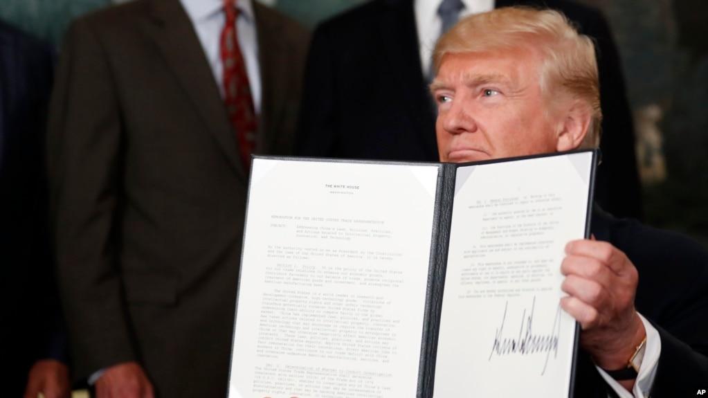 美國總統川普展示他簽署的授權調查中國貿易行為的行政備忘錄。 (2017年8月14日)