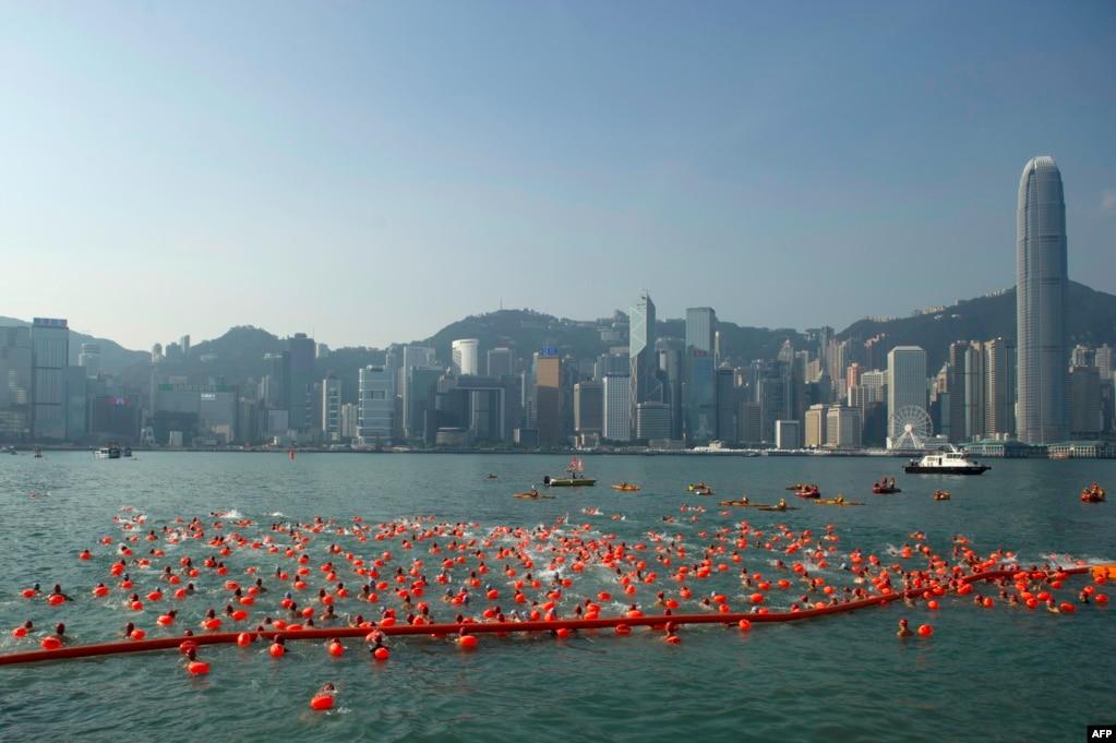 홍콩 빅토리아항에서 열린 하버레이스 수영대회 참가자들이 도심 고층건물들을 배경으로 수영하고 있다. 매해 열리는 하버레이스 대회에 올해는 약 3천 여 명이 참가했다.