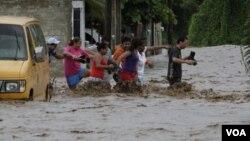 Los residentes la Villa de Coral, en México, son parte de los afectados por las lluvias del huracán Jova.