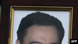 Портрет Сергея Магнитского, который его мать держала в руках во время интервью AP в Москве две недели спустя после его смерти в тюрьме. Россия. 30 ноября 2009 года