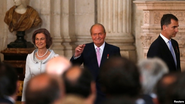Spain's King Juan Carlos, center, Queen Sofia, left, and Crown Prince Felipe attend the signature ceremony of the act of abdication at the Royal Palace in Madrid, Spain, June 18, 2014.