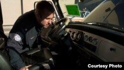 美国边境巡逻队检查汽车内部