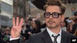 """Aktor Robert Downey Jr tiba di pemutaran perdana """"Iron Man 3"""" di Inggris (18/4). (AP/Joel Ryan/AP)"""