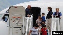 Se espera que el primer grupo, de mujeres y niños deportados, arribe el miércoles a la base aérea José Enrique Soto, donde serán recibidos por miembros de la Fuerza de Tarea para la Niñez, quienes les brindarán albergue y asesoría.