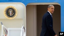 22일 미국 메릴랜드주 앤드류스 공군기지에서 바락 오바마 대통령이 전용기 '에어포스원'을 타고 아시아 순방 길에 오르고 있다.