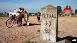 Người Campuchia trên đường đi đến Cửa khẩu Quốc tế Mộc Bài. (Ảnh tư liệu)