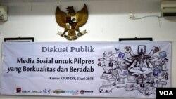 Spanduk diskusi publik mengenai kampanye pemilu di media sosial di Yogyakarta. (VOA/Munarsih Sahana)