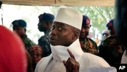ប្រធានាធិបតីហ្គំប៊ី Yahya Jammeh បង្ហាញចង្អុលដៃមានប្រឡាក់ទឹកថ្នាំនៅថ្ងៃបោះឆ្នោត នៅក្រុងបង់ហ្សុល កាលពីថ្ងៃទី១ ខែធ្នូ។