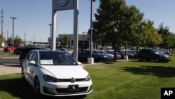 Mobil-mobil produksi Volkswagen dipamerkan di sebuah dealer VW di kota Boulder, Colorado (foto: dok).