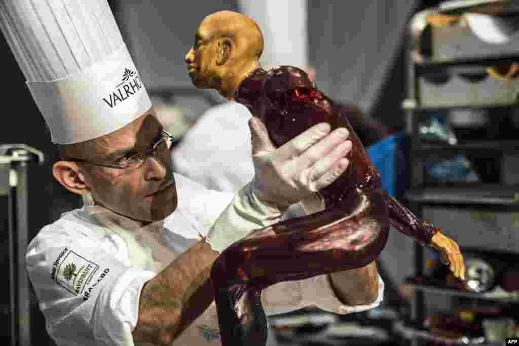 Đầu bếp bánh ngọt Javier Mercado của Anh tranh tài trong vòng chung kết Cúp Bánh ngọt Thế giới, một phần trong Triển lãm Ẩm thực Quốc tế ở Chassieu, bên ngoài Lyon, Pháp.