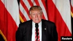 Trump fue interrumpido varias veces por manifestantes durante su discurso en el histórico teatro Fox en Altanta.