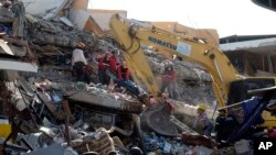 Tim SAR terus melakukan upaya pencarian korban gempa bumi di Manta, Ekuador (19/4).