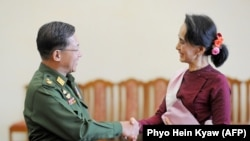 Myanmar- General Min Aung Hlaing e líder da Liga Nacional para a Democracia Aung San Suu Kyi