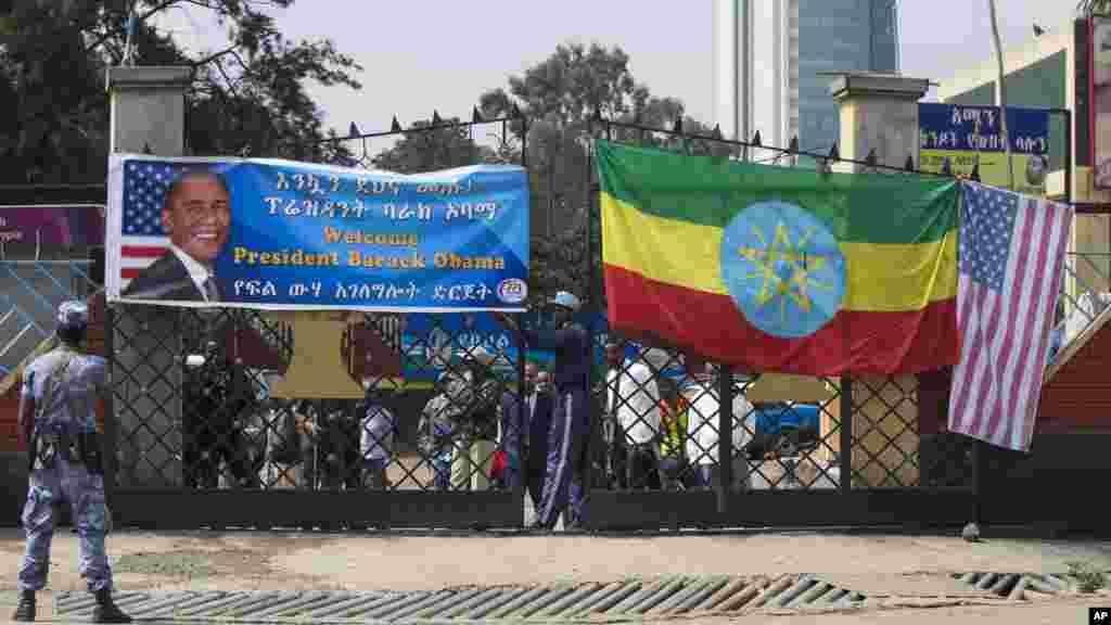Des agents de sécurité sur la route ou le cortège du président va prendre pour aller au Palais National pour rencontrer le Premier ministre éthiopien Hailemariam Desalegn, le lundi 27 juillet, 2015