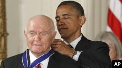 Барак Обама вручает Медаль свободы астронавту Джону Гленну.