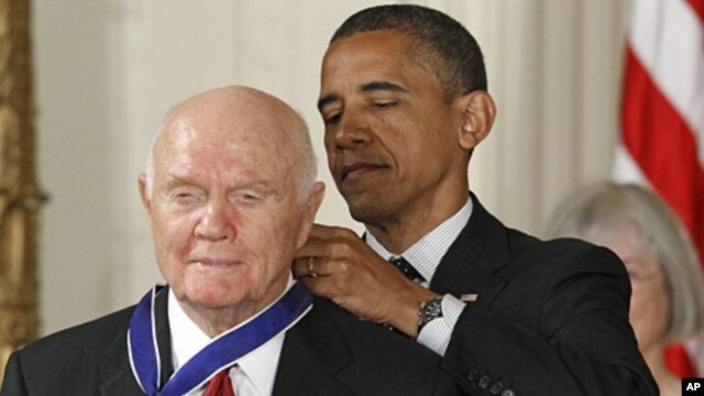 President Barack Obama awards the Medal of Freedom to astronaut John Glenn in the East Room of the White Housem May 29, 2012 (AP)