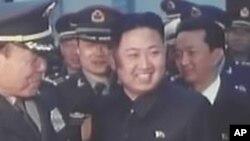 중국고위 군사대표단을 만나는 김정은(자료사진)