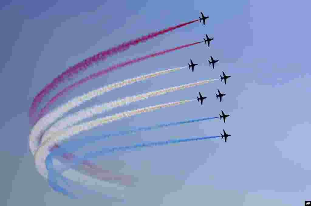 برطانوی رائل ایئر فورس کی ایئروبیٹک ٹیم ریڈ ایروز اپنے فن کا مظاہرہ کر رہی ہے۔