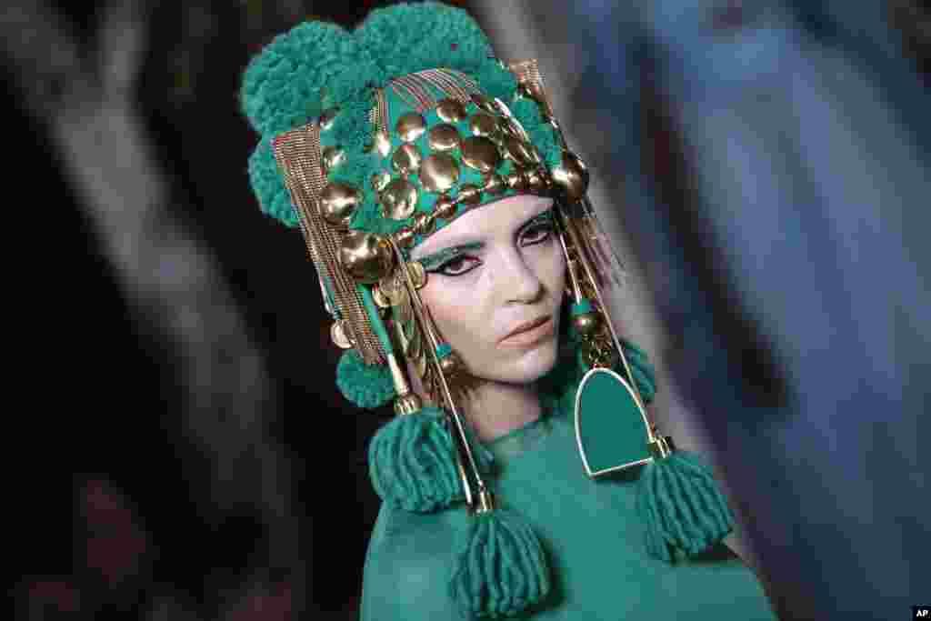 یک مدل در لباس برند والنتینو در نمایش لباسهای منتخب برای پائیز و زمستان ۲۰۲۰، در هفته مد پاریس