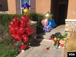 Vecinos de la familia Turpin en Riverside, California, dejan globos y flores para los 13 hijos de la pareja que fueron maltratados y abusados por sus padres.