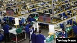 지난해 2월 개성공단에서 북한 근로자들이 작업하고 있다.