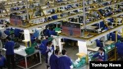 지난 2015년 2월 개성공단 내 한국 기업 공장에서 북한 노동자들이 작업하고 있다. (자료사진)