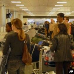等候行李的入境旅客