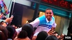 Chris Brown agredió a su entonces novia Rihanna y una foto de su rostro machucado recorrió el mundo.