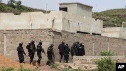 Polisi anti teror Mali siaga di dekat resor Campement Kangaba, dekat Bamako saat terjadinya serangan teroris di sana (foto: ilustrasi).