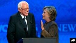 Hilari Klinton i Berni Senders u pauzi debate predsedničkih pretendenata Demokratske stranke u Nju Hempširu 19. decembra 2015.