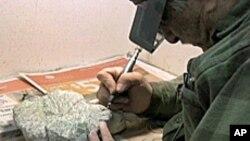 Dengan bor presisi, karyawan Denven Museum of Nature and Science membersihkan temuan fosil dari Zaman Es.