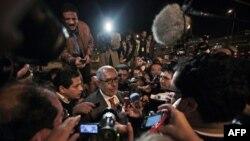 Ông ElBaradei nói chuyện với các nhà báo khi ông về đến sân bay ở thủ đô Cairo, Ai Cập