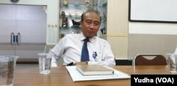 Pakar Penyakit infeksi pernafasan dari Fakultas Kedokteran UNS Solo dan pernah masuk tim antisipasi Flu burung, Doktor Dokter Reviono, Sp.P saat ditemui di kampus UNS Solo, Senin (27/1). VOA/Yudha Satriawan
