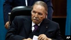 Perezida wa Aljeriya Abdelaziz Bouteflika yitegura gutora i Alger. Italiki 04/05/2019.