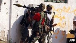 Phe nổi dậy phóng rocket về hướng các tay súng bắn tỉa của lực lượng Gadhafi taạ Tripoli, ngày 24/8/2011
