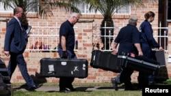 지난 18일 호주 시드니 외곽에서 경찰들이 테러 용의자의 집을 수색하고 있다. (자료사진)