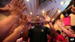 Orlando Johnson, de los Indiana Pacers es saludado por aficionados filipinos a su llegada a un evento a favor de la erradicación de la diabetes en Manila, capital de Filipinas.