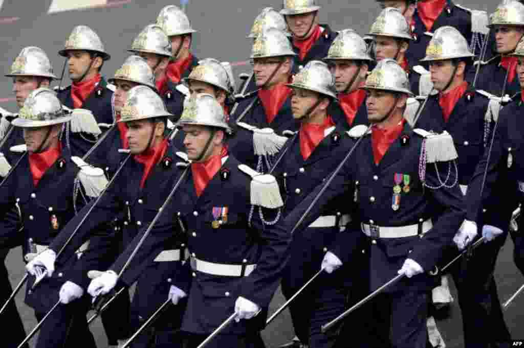 رژه نیروهای آتش نشانی در مراسم روز ملی فرانسه
