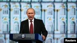 Tổng thống Nga Putin phát biểu trong một phiên họp tại Diễn đàn Kinh tế Quốc tế St. Petersburg 2014.