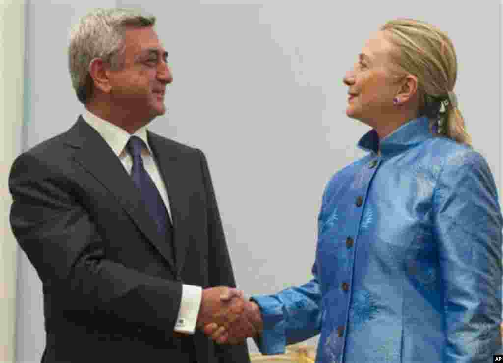 Armenian President Serzh Sarkisian shakes hands with US Secretary of State Hillary Clinton Monday June 4, 2012 before their meetings at the presidential palace in Yerevan. (AP Photo/ Saul Loeb, pool)