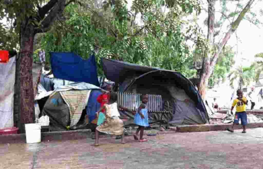 Las autoridades cierran los campamentos de las personas que fueron desplazadas por el terremoto de 2010, en las cercanías del aeropuerto de Puerto Príncipe.