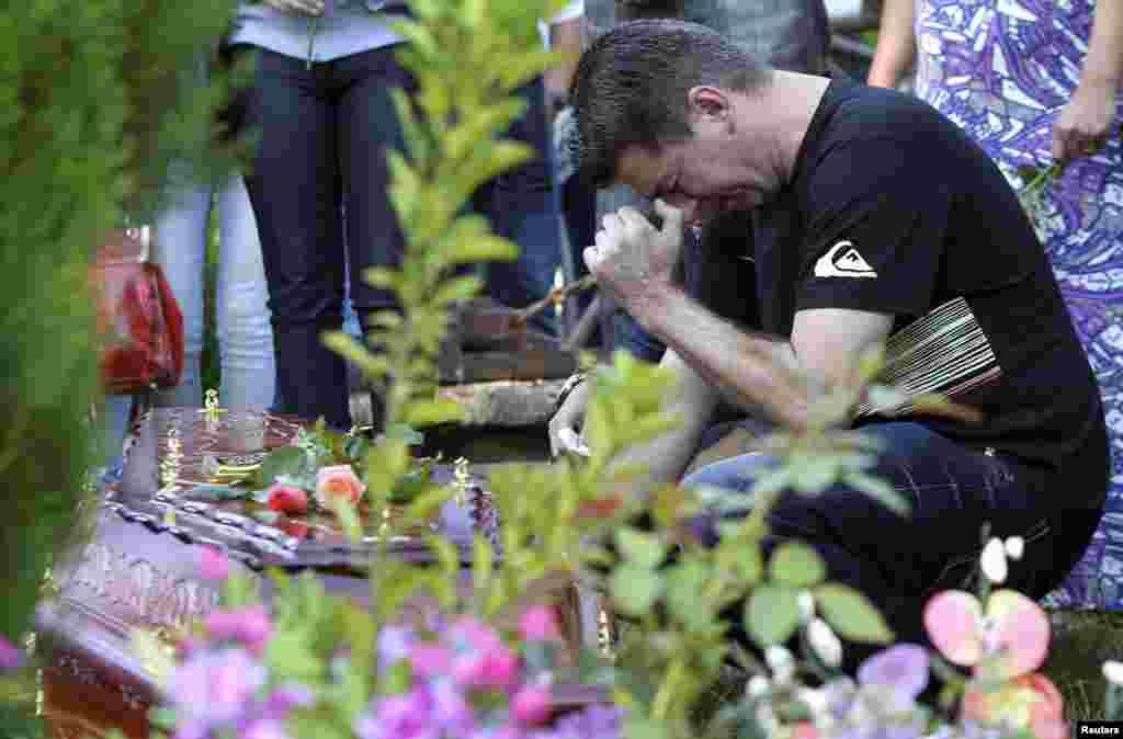 1月28日在夜總會大火中失去女兒的一巴西男子在葬禮上痛哭