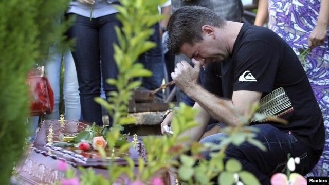 28일 브라질 나이트 클럽 화재로 사망한 희생자들의 유가족.