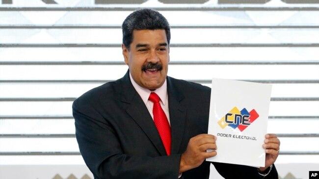 El presidente de Venezuela, Nicolás Maduro, sostiene el certificado del Consejo Nacional Electoral que lo declara ganador de las elecciones presidenciales, durante una ceremonia en la sede del CNE en Caracas, Venezuela.